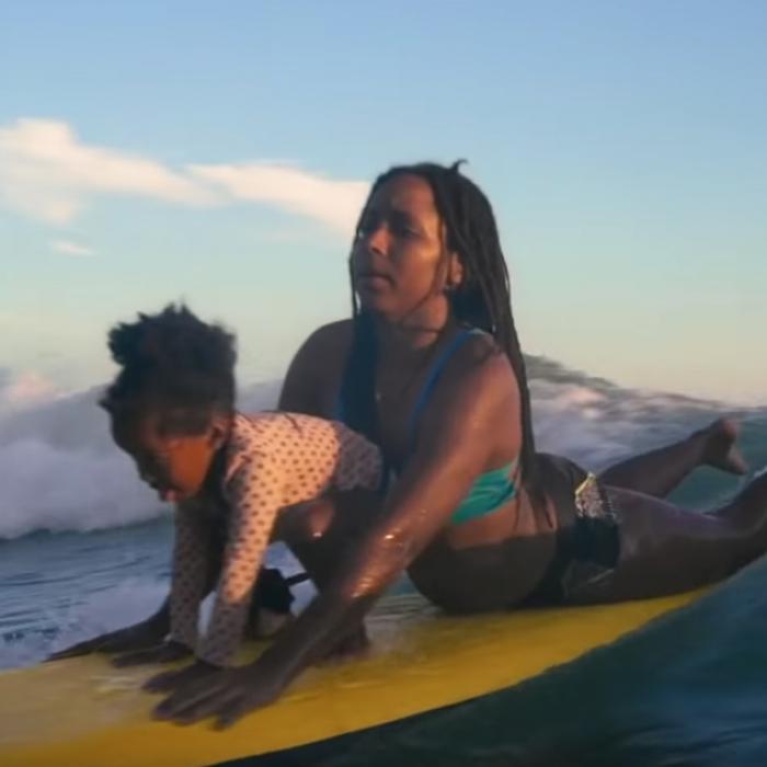 Le surf : une thérapie pour les Jamaïcaines ?