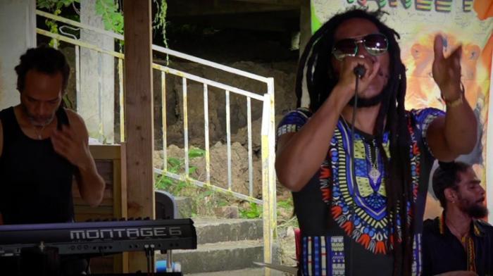 Sael interprète Pandemonium pour les Madah One Shot Sessions